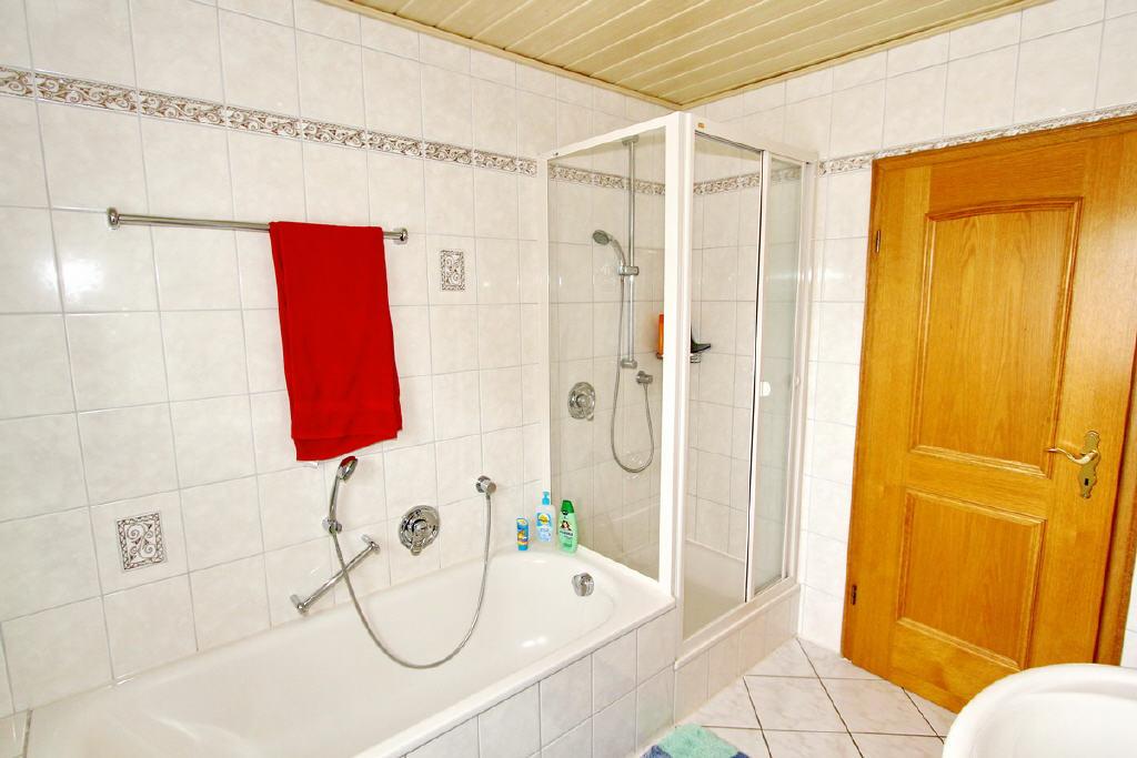 Badewanne und Dusche mit Glaskabine