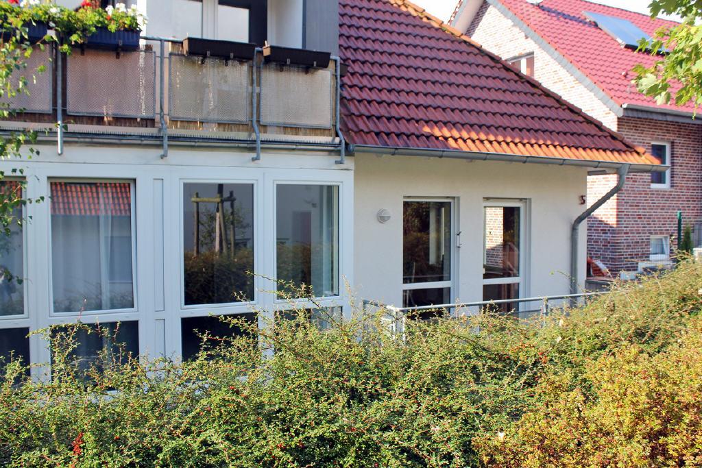 große Fensterelemente und Balkon