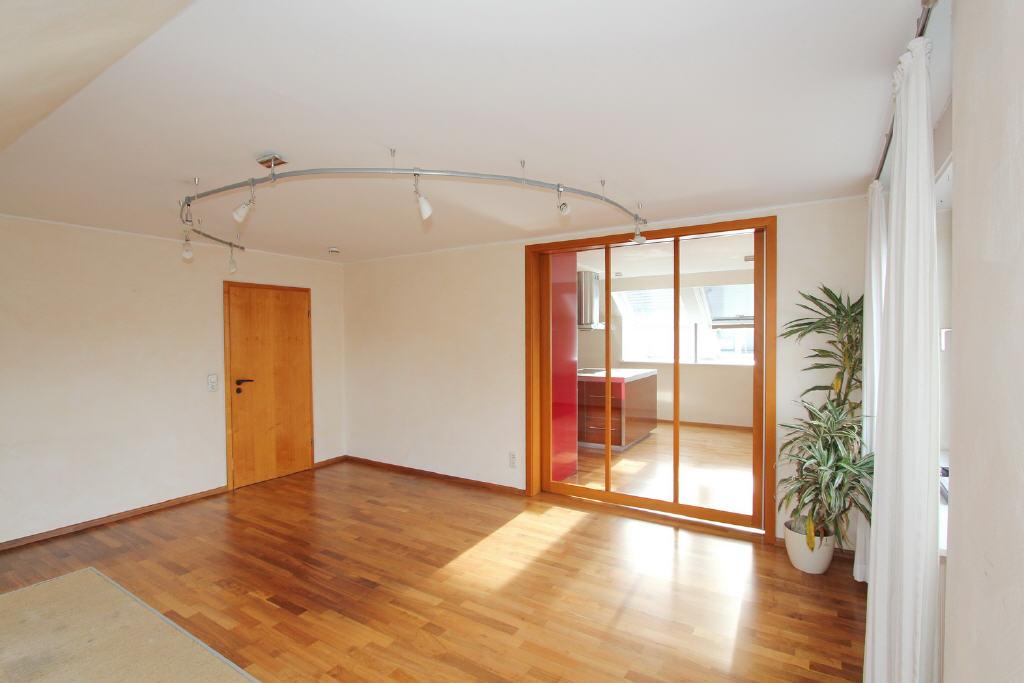 Eichenparkett in Wohn-/Schlafzimmern u. Küche