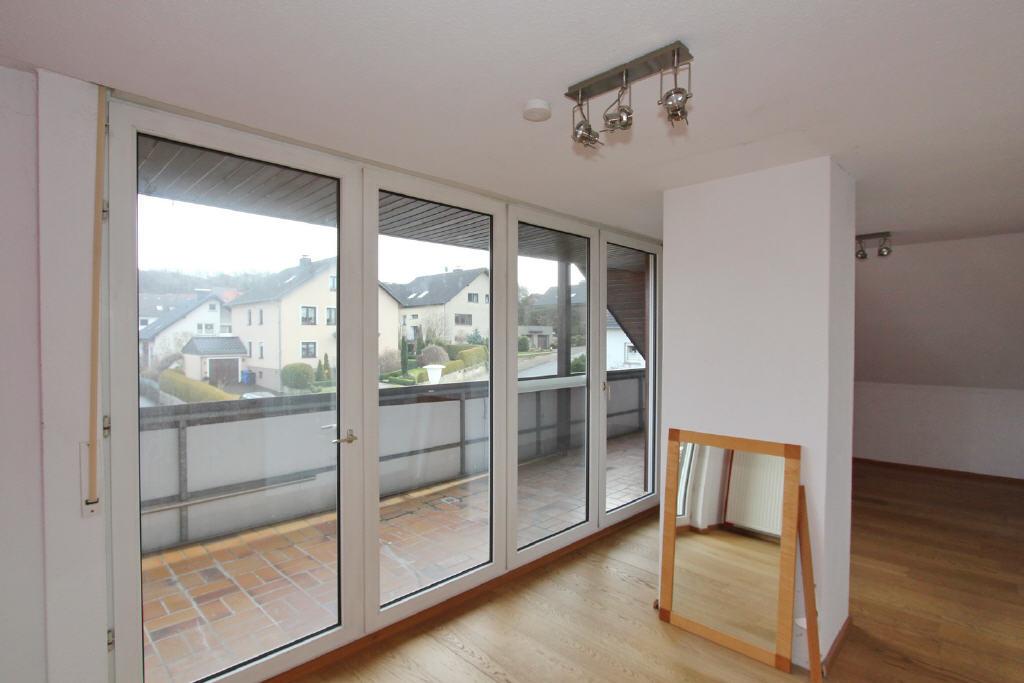 bodentiefes Tür-/Fensterelement und überdachte Log