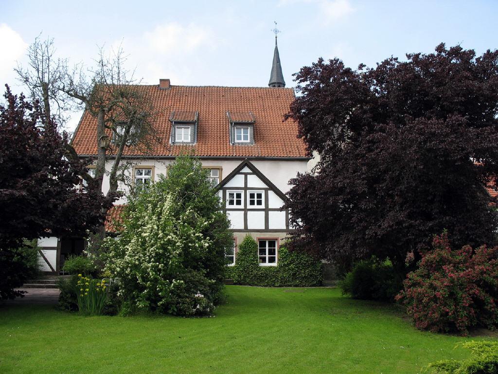 parkähnliche Gartenanlage mit Nebengebäuden