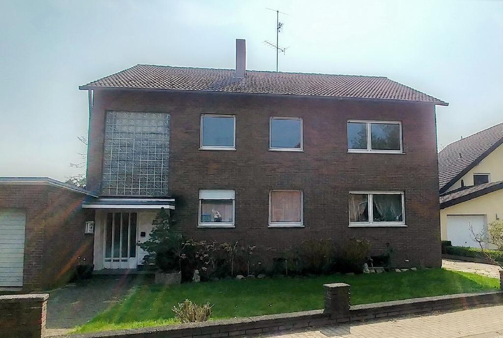 Freisteh. Zweifamilienhaus mit 2 Doppelgaragen