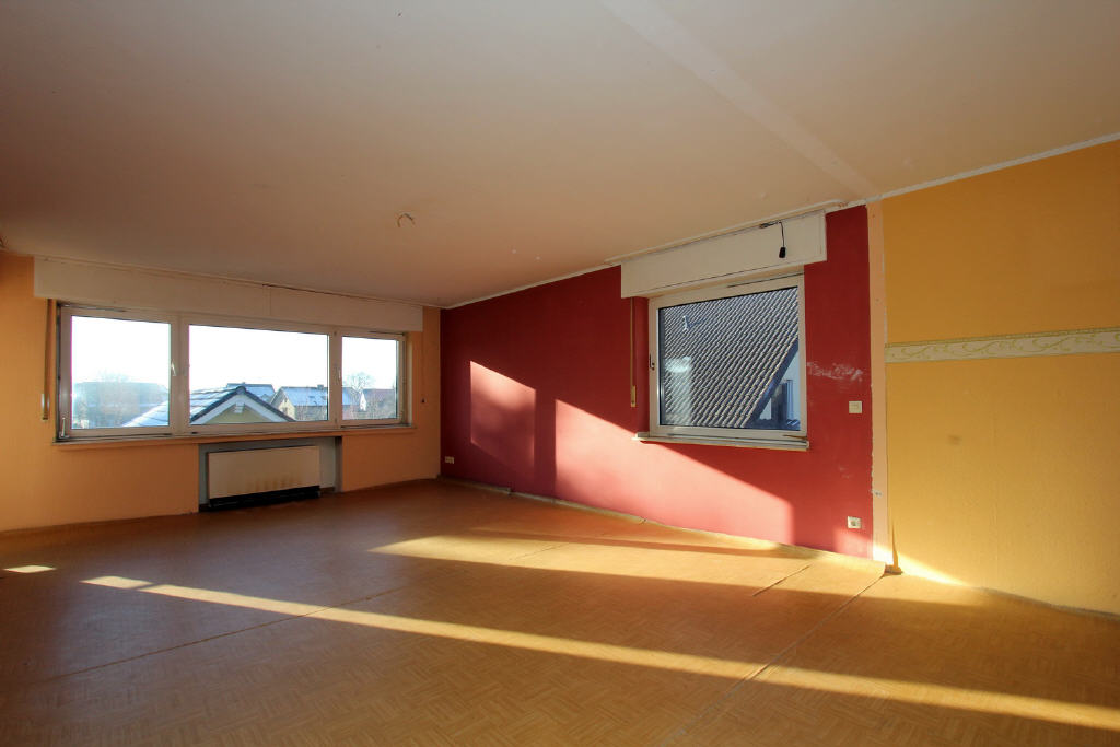 Wohnzimmer im OG mit Fenster im Süden u. Westen