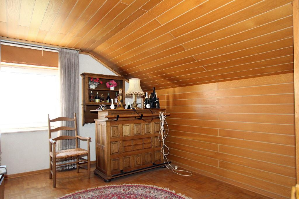 kleine Bar mit Massivholztheke