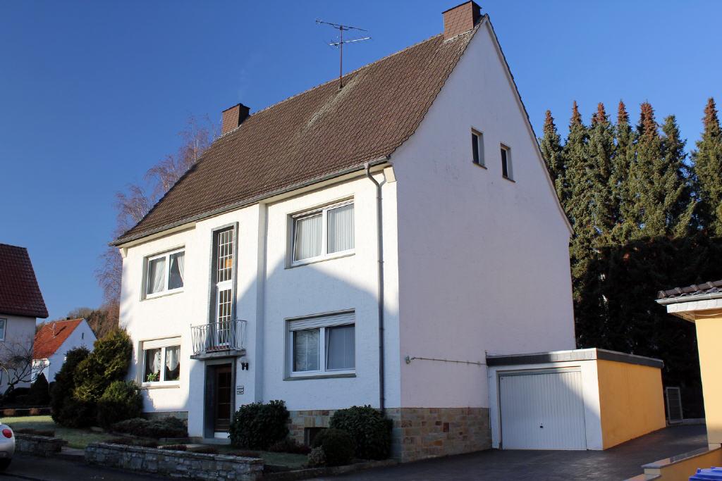 kleines Mehrfamilienhaus mit zwei Garagen
