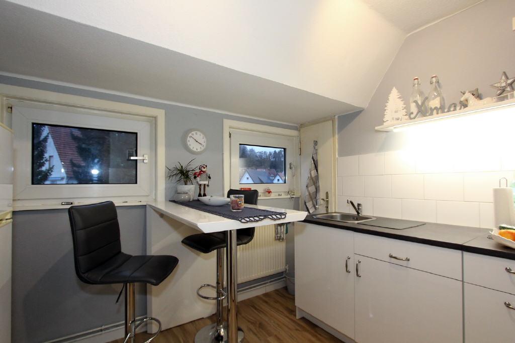 Küche mit Dachgaube und Vorratskammer