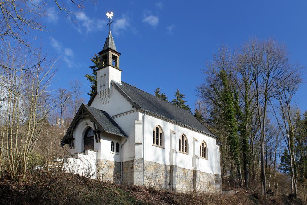 Kapelle mit Firstreiter auf einer Anhöhe