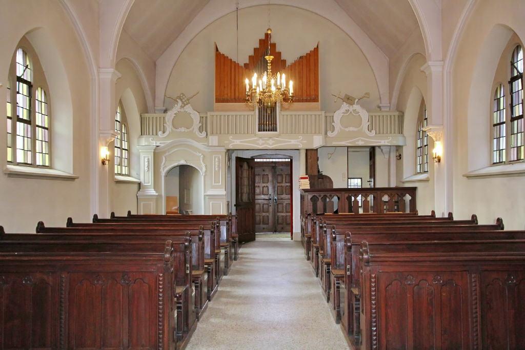 Mittelgang mit Blick auf die Orgel
