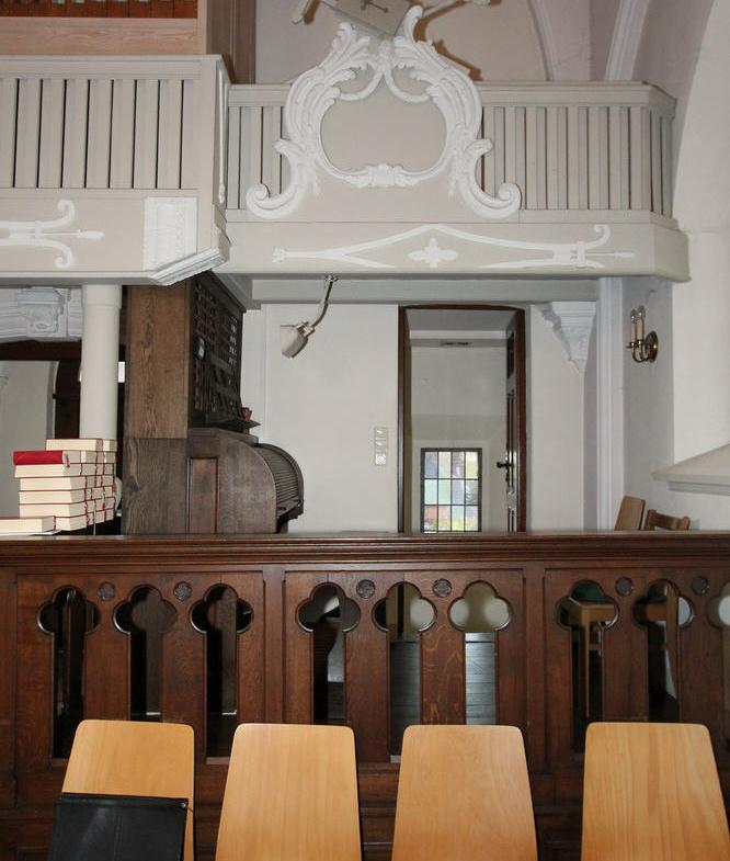 Orgelempore mit Spieltisch