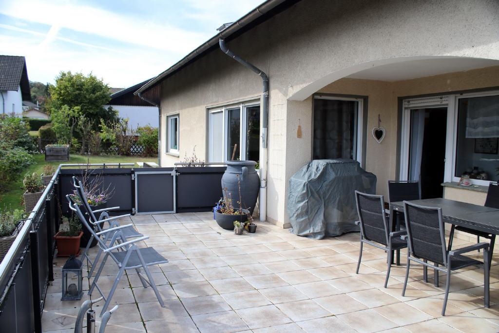 große Terrasse mit Zugang in den Garten