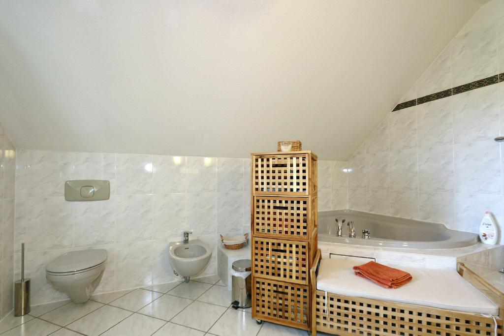 Hänge-WC, Bidet und Acrylwanne