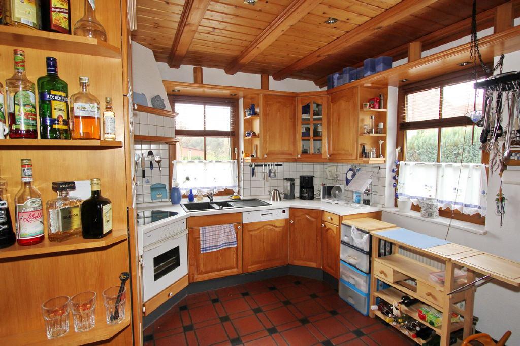 gemütliche Wohnküche mit E-Geräten