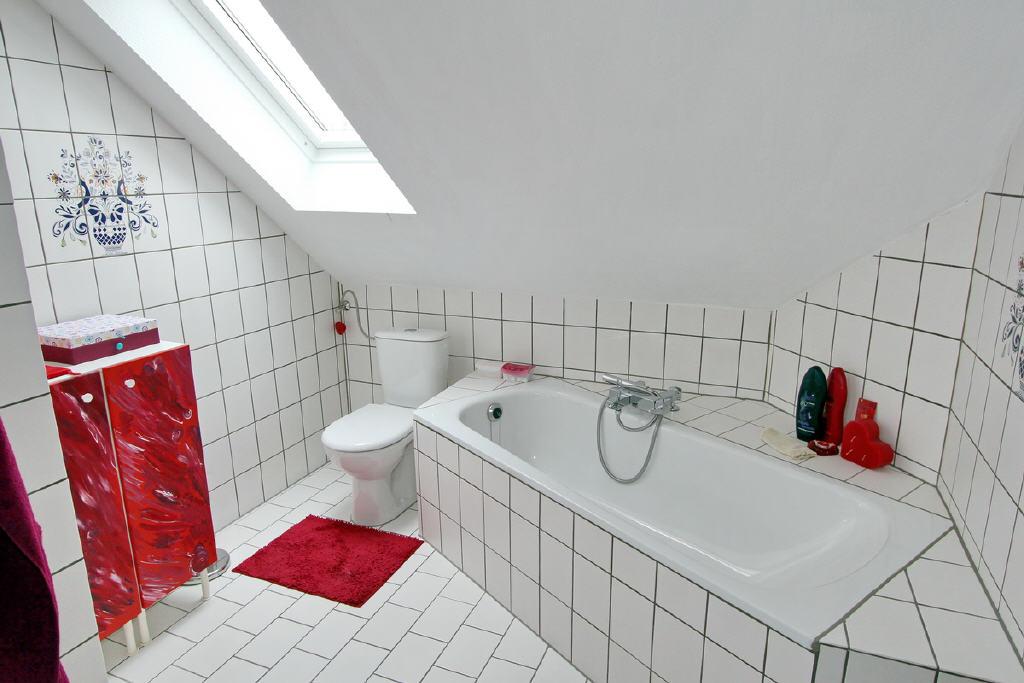 gepflegets, zeitgemäßes Badezimmer