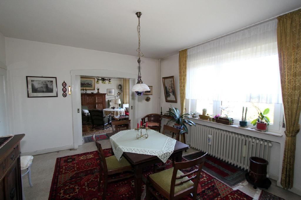 Esszimmer mit Blick in das Wohnzimmer