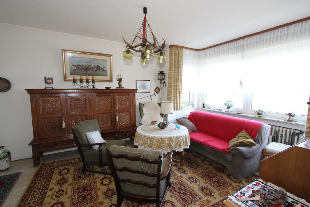 Wohnzimmer mit Erker (Belichtung von drei Seiten)