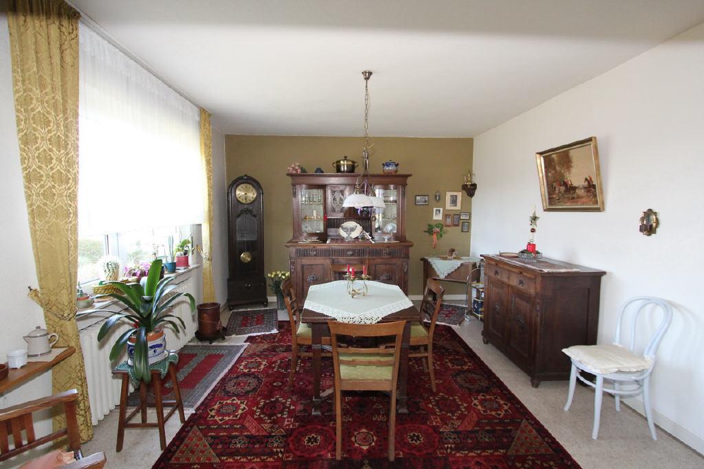 ca. 19 m² großes Esszimmer mit vielen Stellflächen