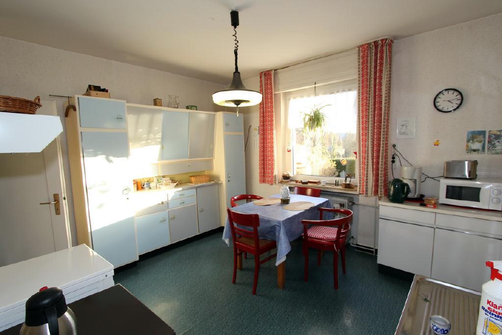 helle Wohnküche mit Vorratsraum