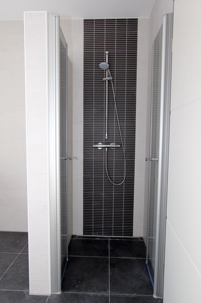 bodentiefe Dusche mit 2-flügeliger Ganzglas-Tür