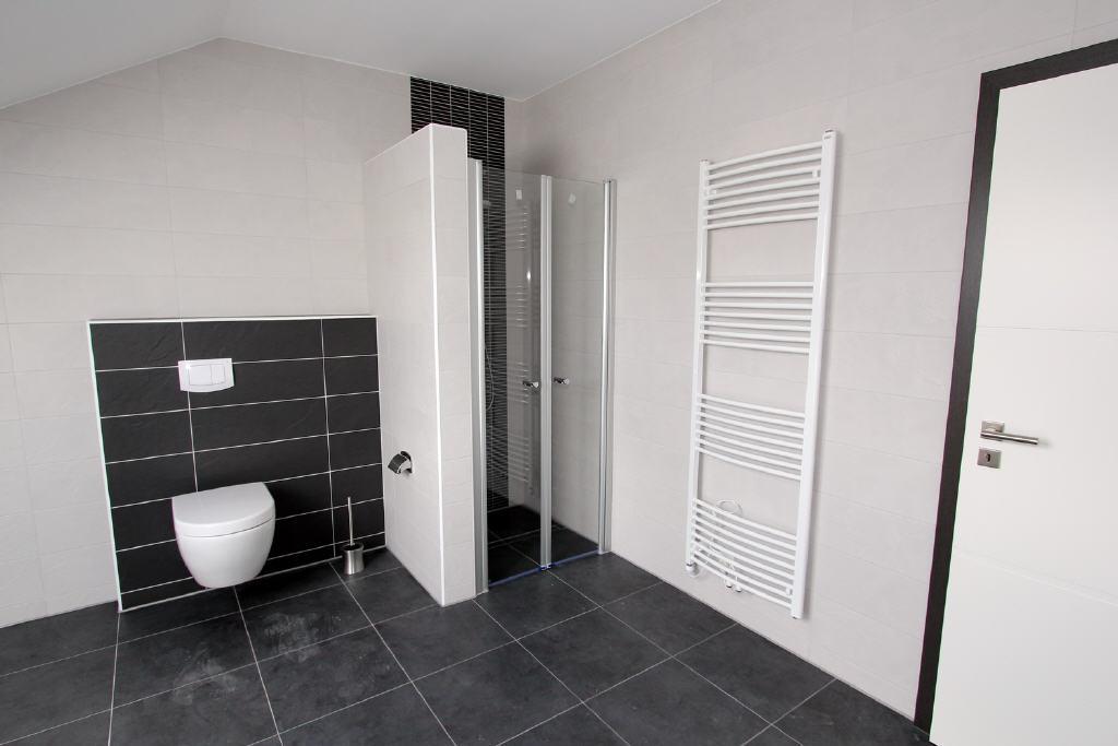bodentiefe Dusche mit Glastüren