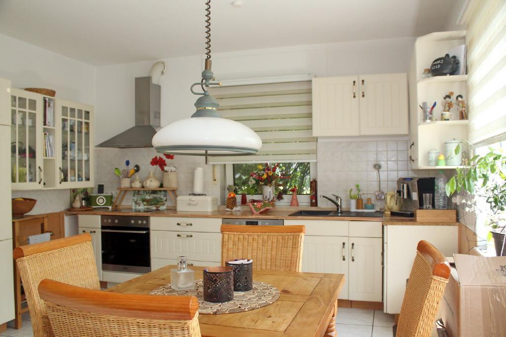 große Wohnküche mit Vorratsraum