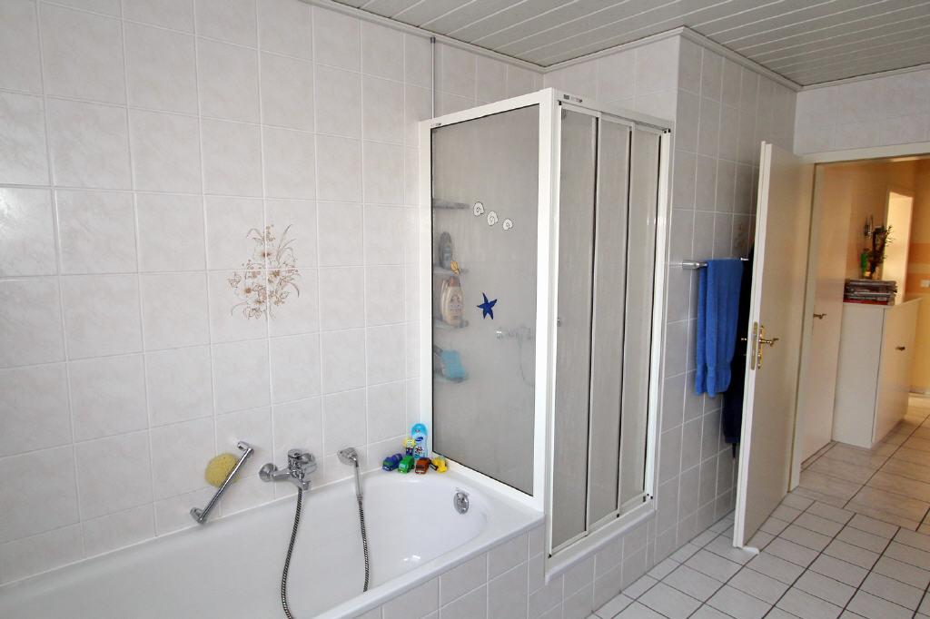 Badewanne und Duschkabine