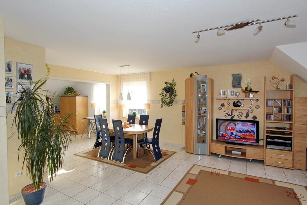 großes Wohn-/Esszimmer mit offener Küche