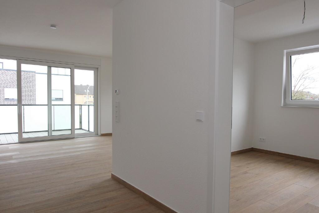 Blick in den Wohnbereich und das Schlafzimmer