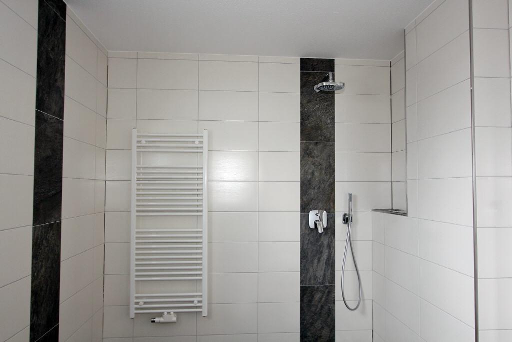 bodentiefes Duschbad mit Handtuchheizkörper