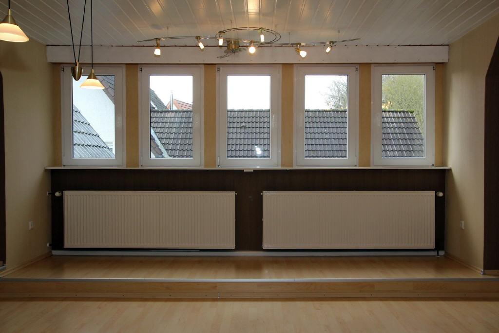 alle Fenster im Wohnzimmer mit elektr. Rollläden
