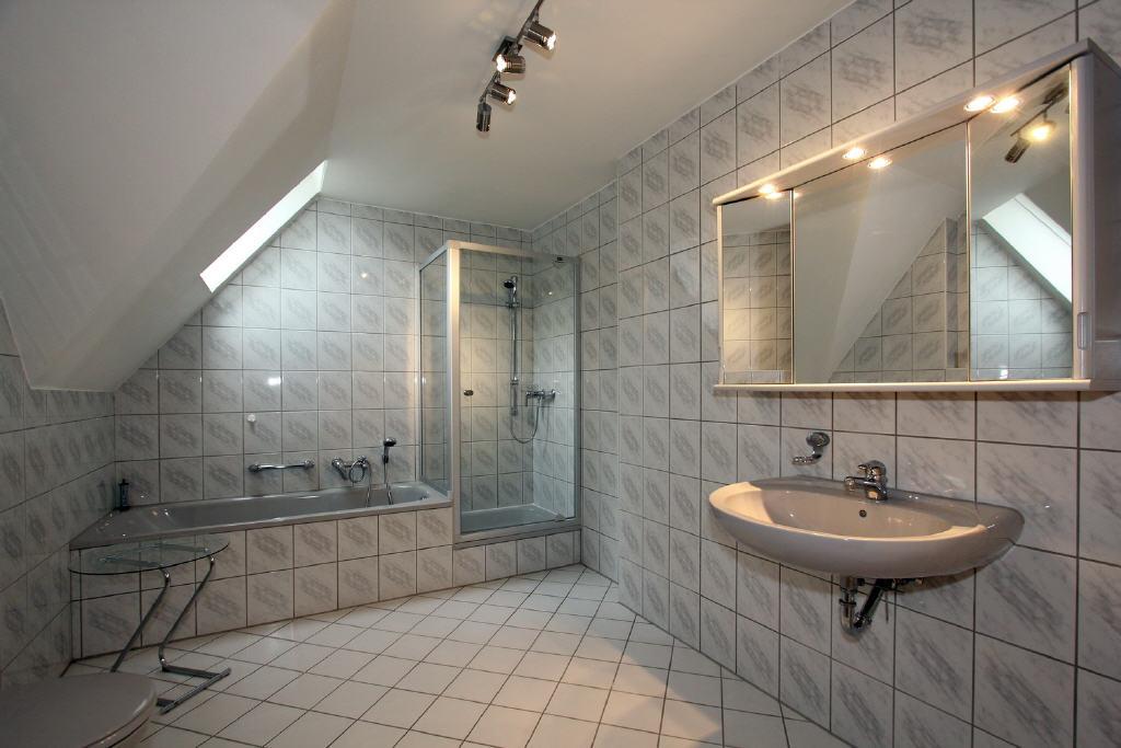 großes Voll-/Duschbad mit Fenster