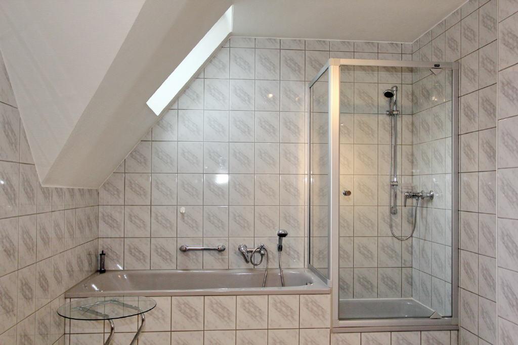 Badewanne und Dusche mit Kabine