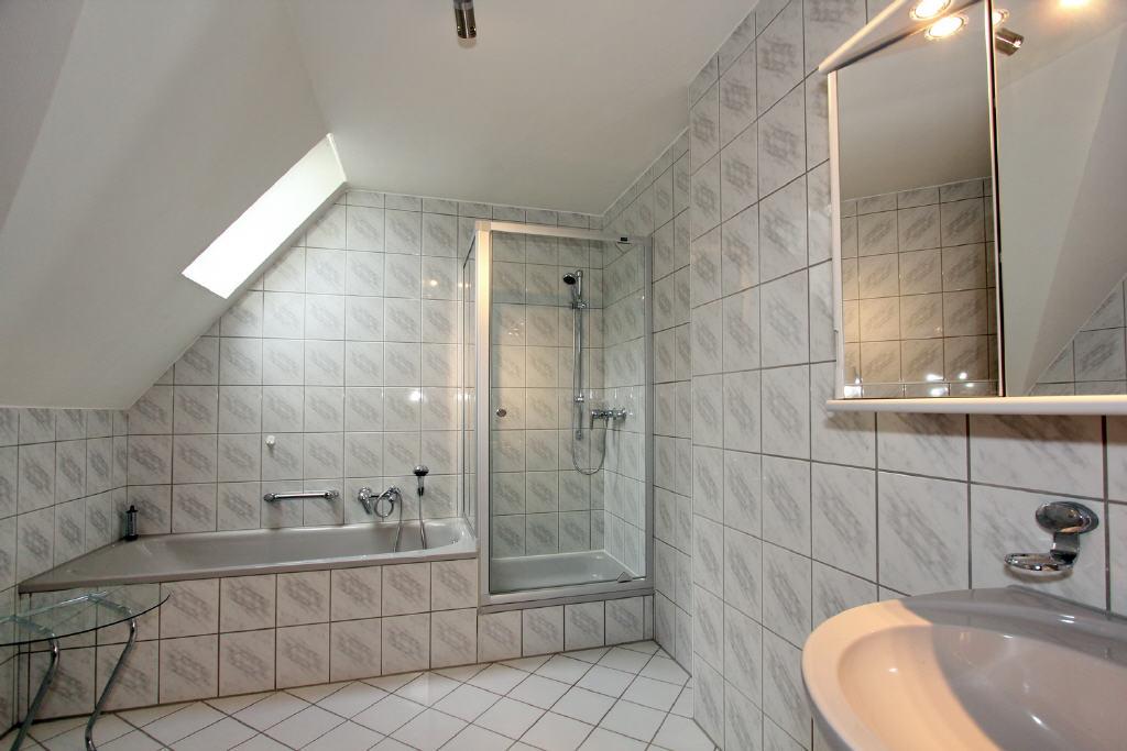 vollständig ausgestattet mit Hänge-WC und Handtuch
