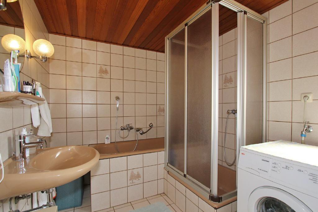 Wanne, Dusche und Waschmaschinenanschluss