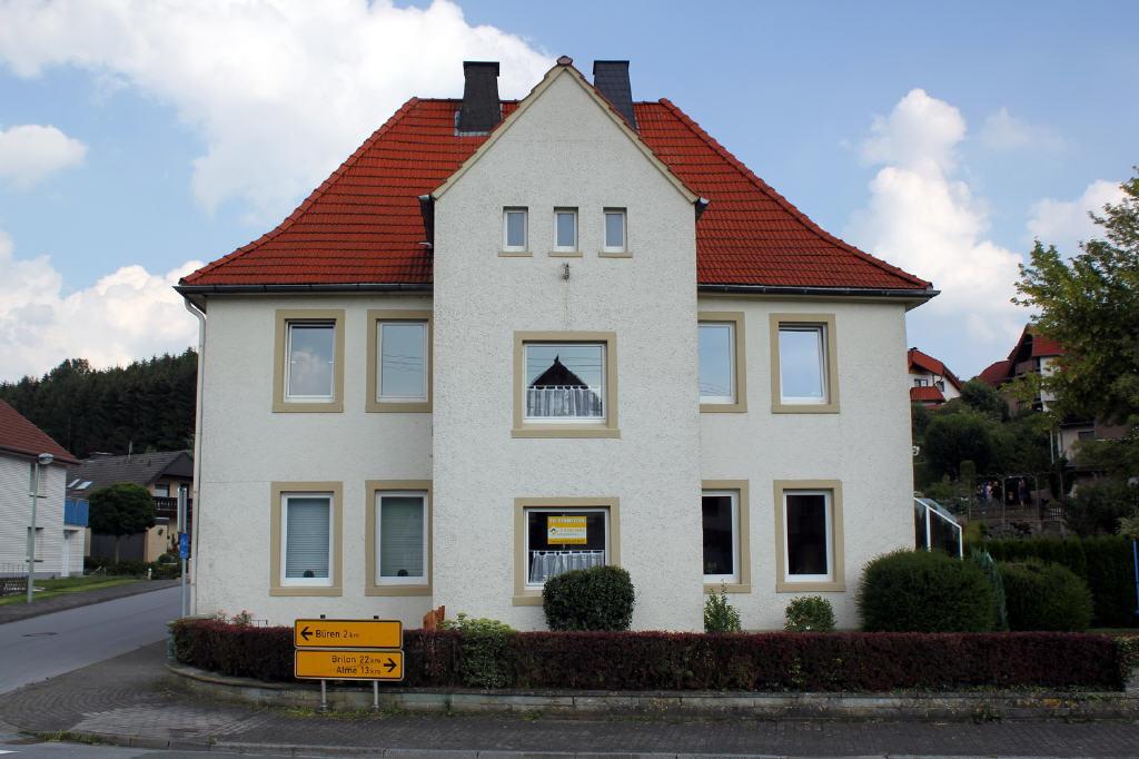 großes Einfamilienhaus mit Garten und Garage