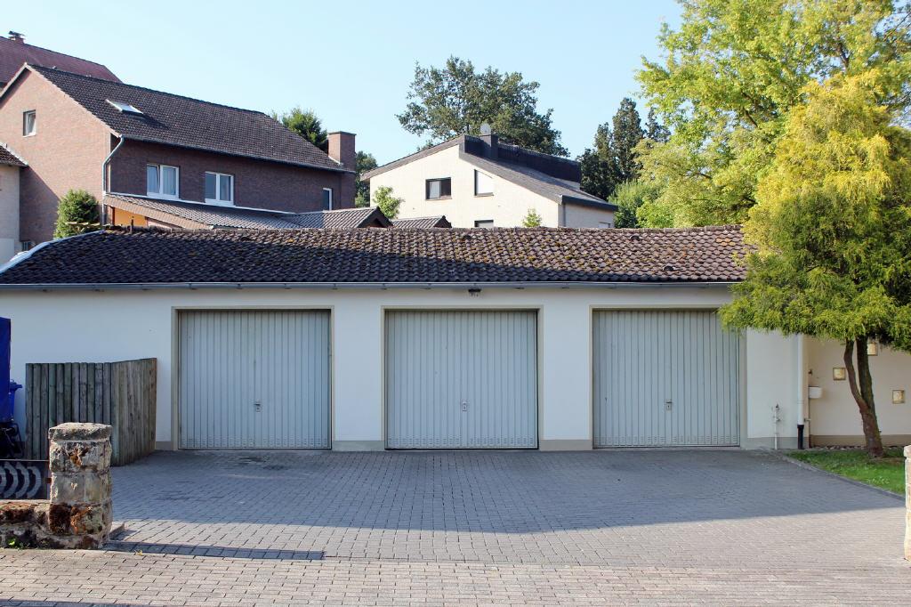 3 Garagen und Parkplätze auf dem Grundstück