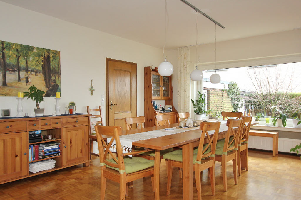 Essbereich mit Zugang zur Küche u. Terrasse