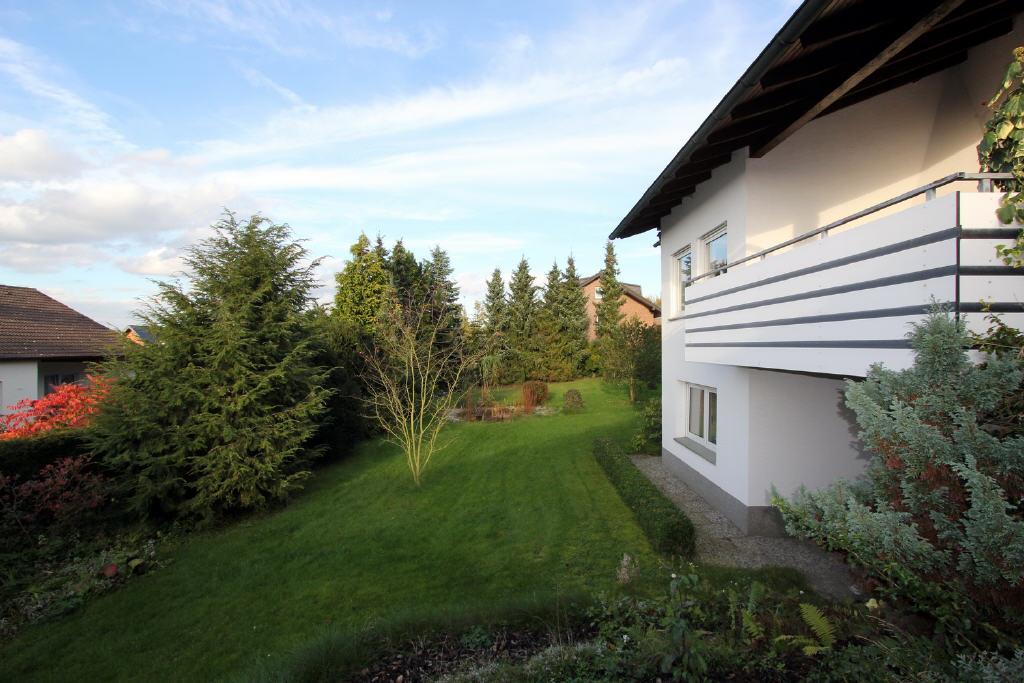 von der Terrasse Blick in den Garten
