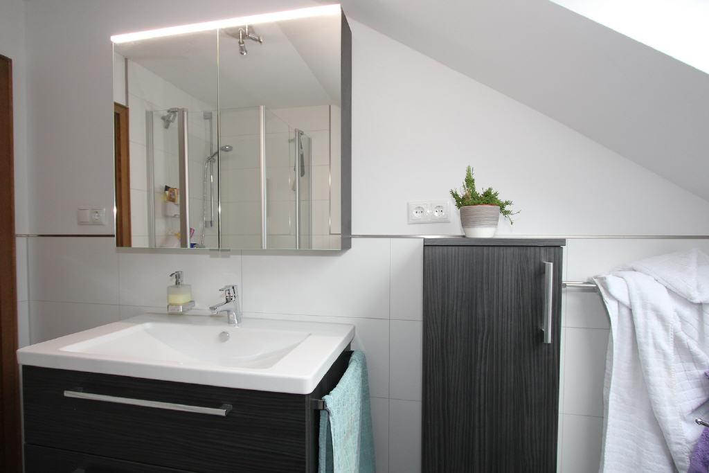 moderner Waschtisch mit Spiegelschrank