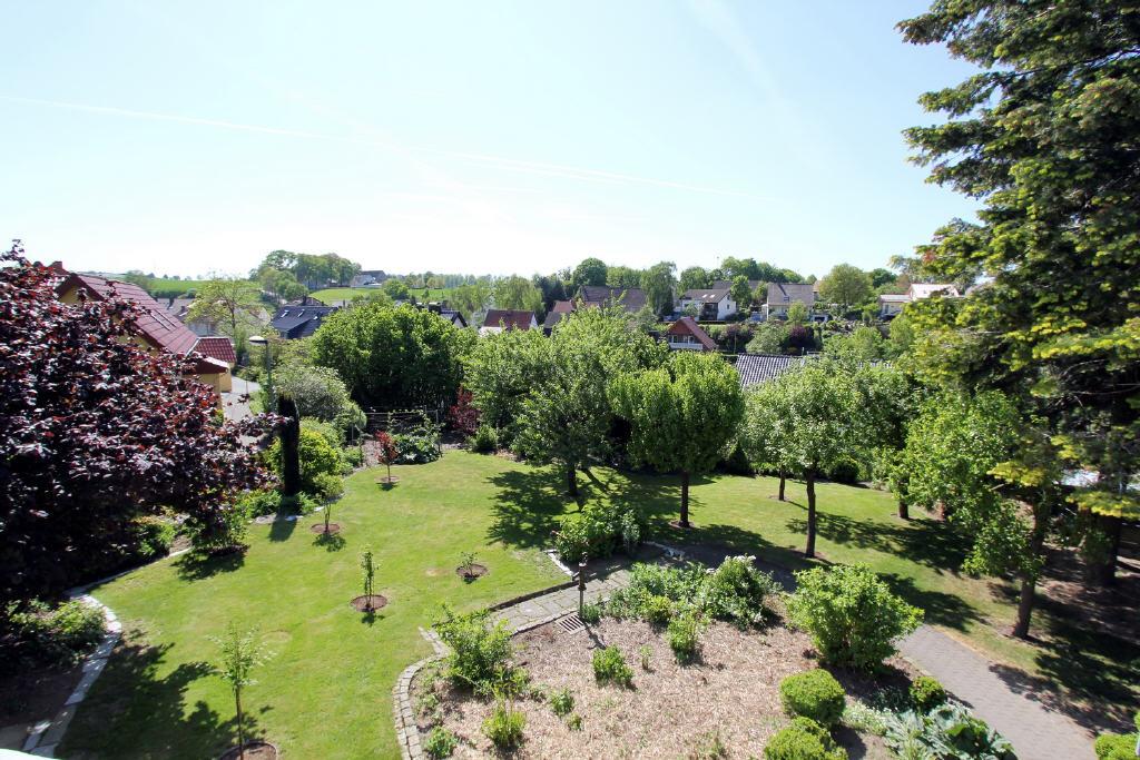 Ausblick vom Wohnbereich über den Garten