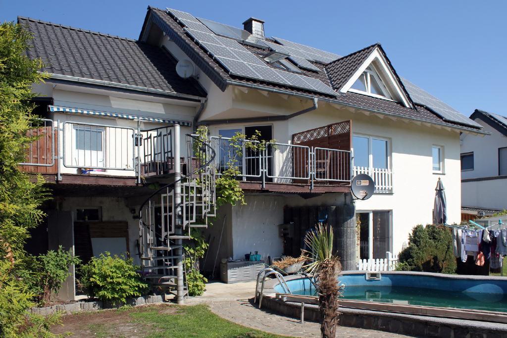 Gartenseite mit gr. Terrasse u. großem Pool