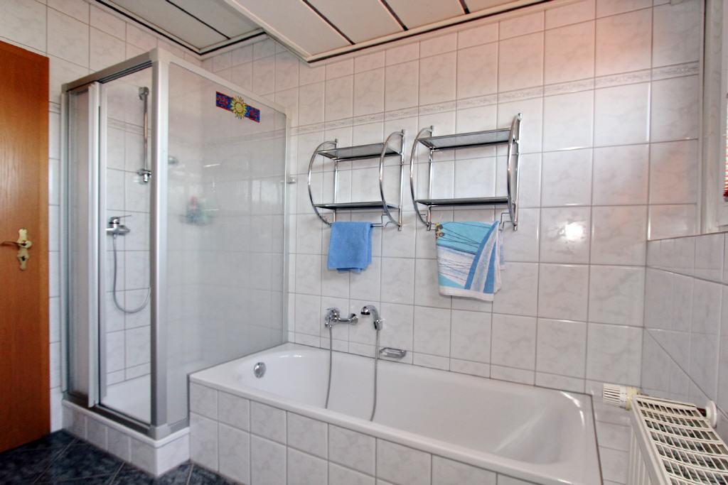 Voll-/Duschbad mit Wanne und Dusche