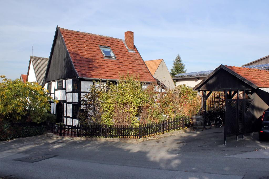 freisteh. Einfamilienhaus, Garten und ein Carport