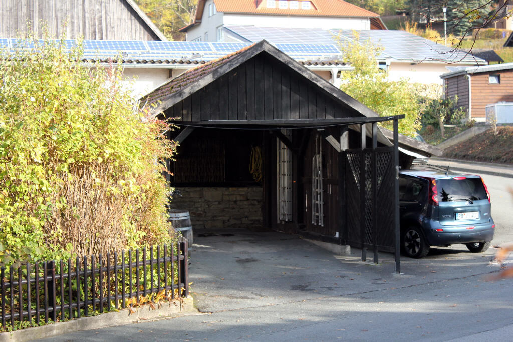 großer Carport mit Stauraum und ein Pkw-Stellplatz