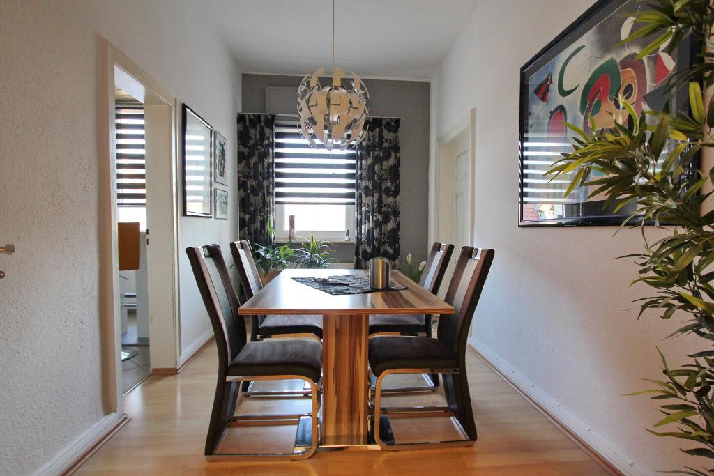 Esszimmer neben Wohnzimmer und Küche