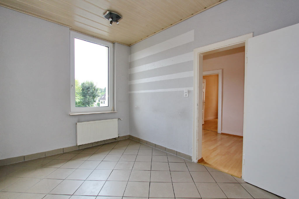 geflieste Küche mit angrenzendem Esszimmer