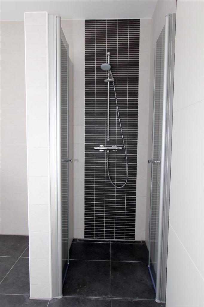 bodentiefe Dusche mit 2-flügeliger Ganzglas-Türen