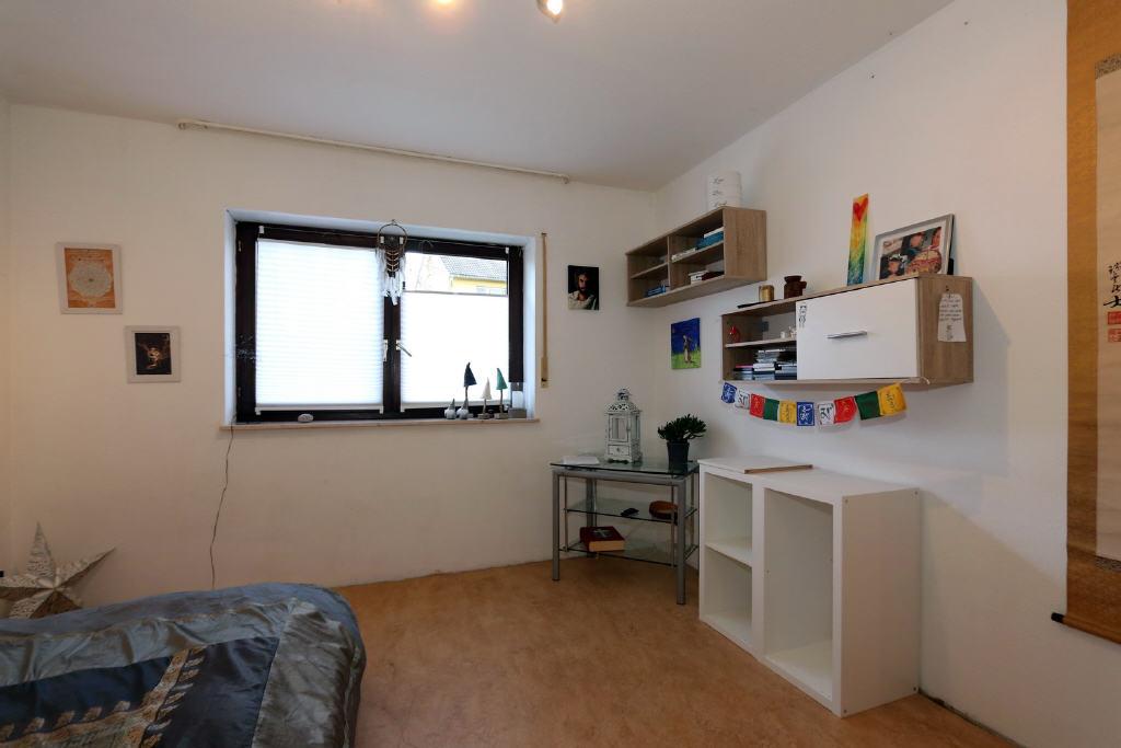 quadratisches Wohn-/Schlafzimmer
