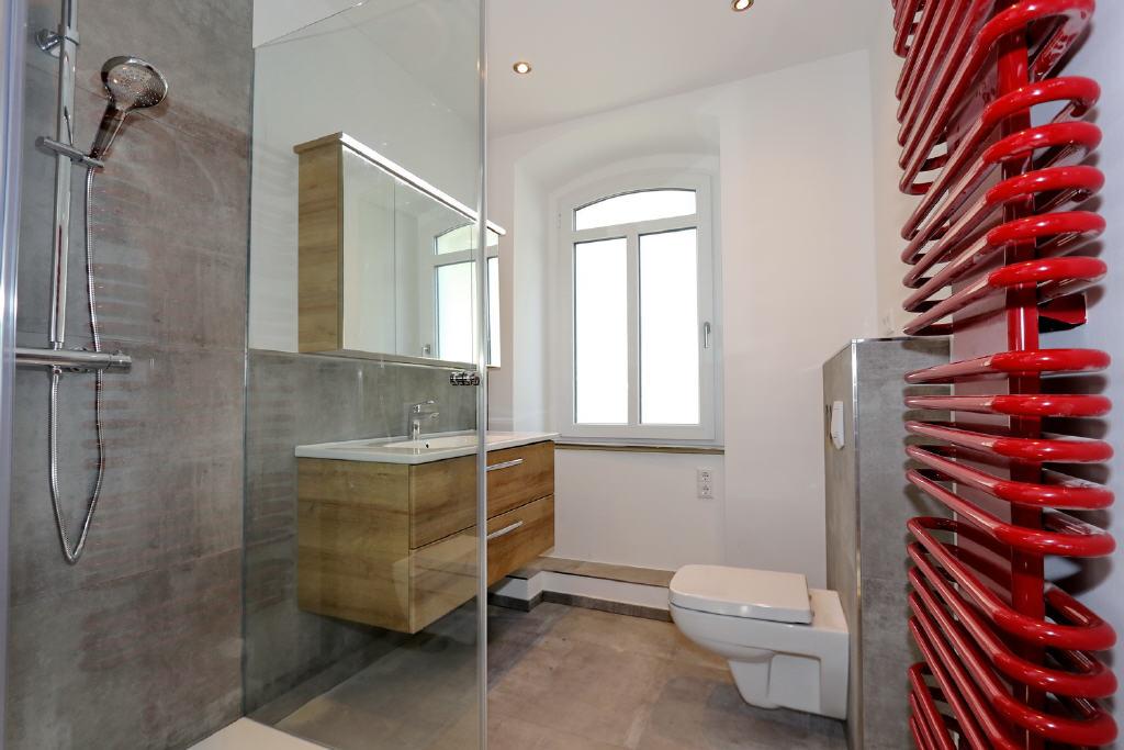 neues, zeitgemäßes Duschbad