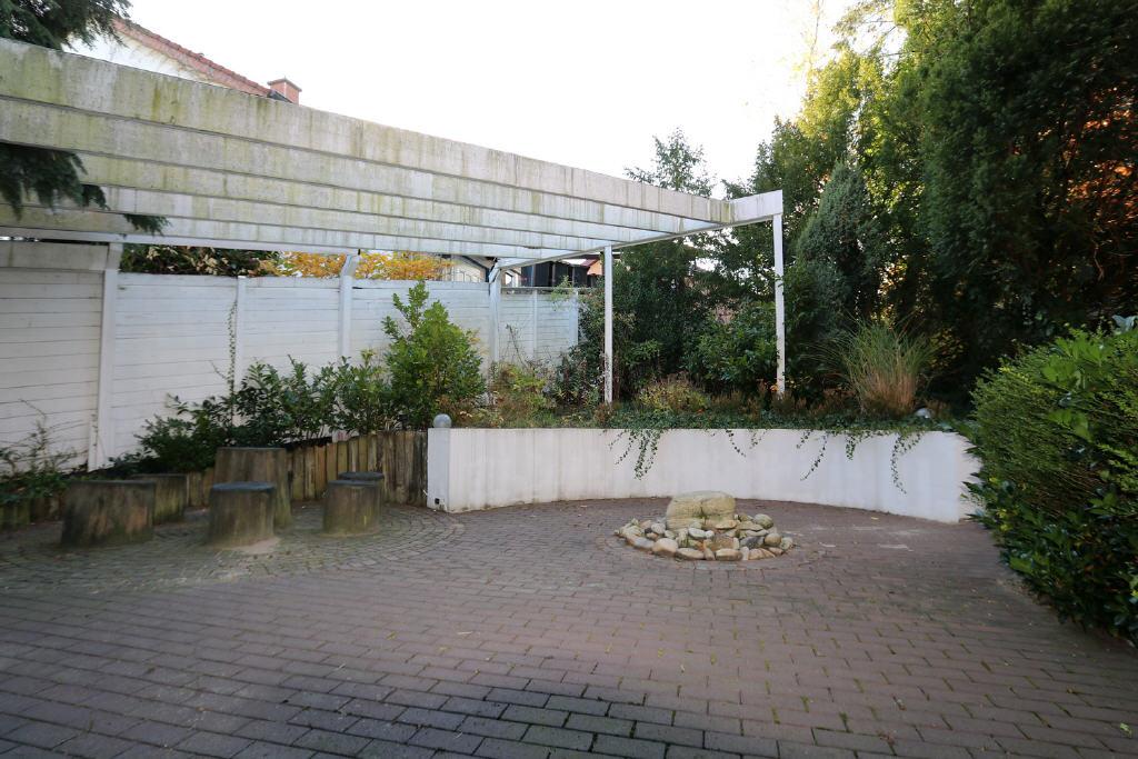 große Terrasse mit Pergola