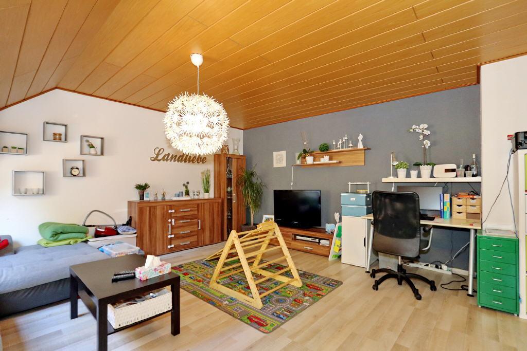 großes Wohnzimmer mit zahlreichen Stellflächen